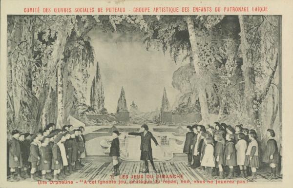 """Carte postale ancienne représentant une photo de la représentation """"Les jeux du dimanche"""": """"Une orpheline - A cet ignoble jeu, prologue du repas, non, vous ne jouerez pas!"""""""