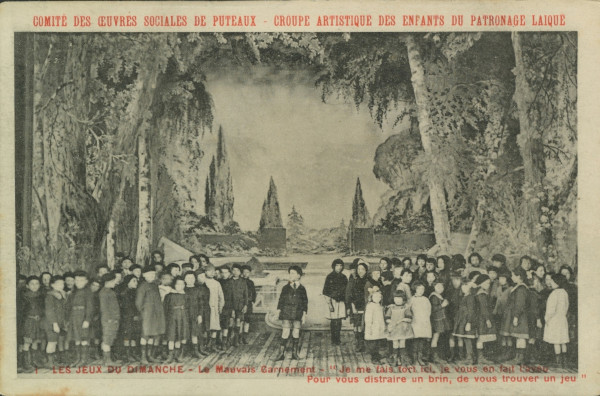"""Carte postale ancienne représentant une photo de la représentation """"Les jeux du dimanche"""": """"Le mauvais garnement - Je me fais fort ici, je vous en fais l'aveu / Pour vous distraire un brin, de vous trouver un jeu""""."""