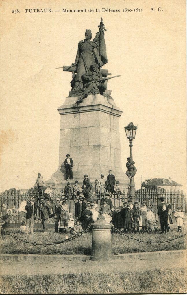 Carte postale ancienne représentant la statue de La Défense de Paris au rond-point de La Défense, début du XXe siècle, Archives de Puteaux, cote 2Fi2086.