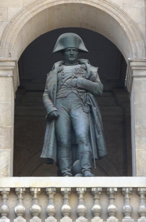 Statue de Napoléon Ier dans la cour des Invalides, photographie de Parisette, 2007 (Wikimedia).