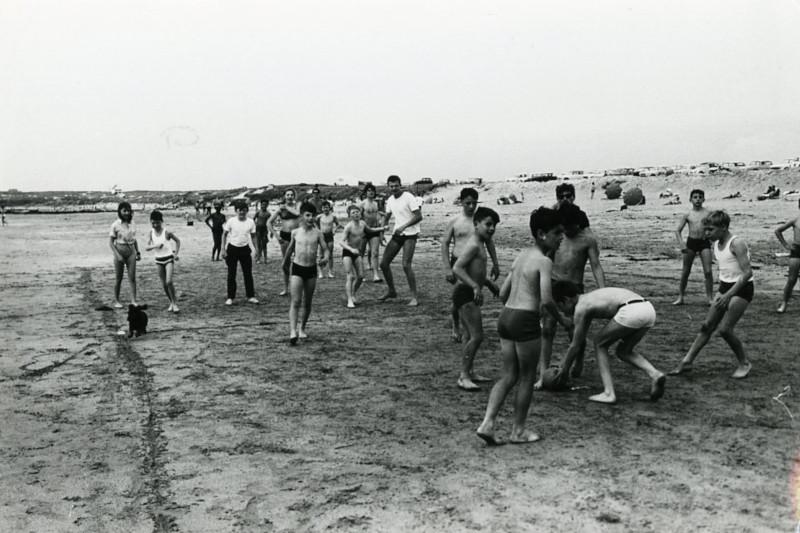 Enfants jouant sur la plage à Ploemeur, été 1968, AMP, 3Fi243.