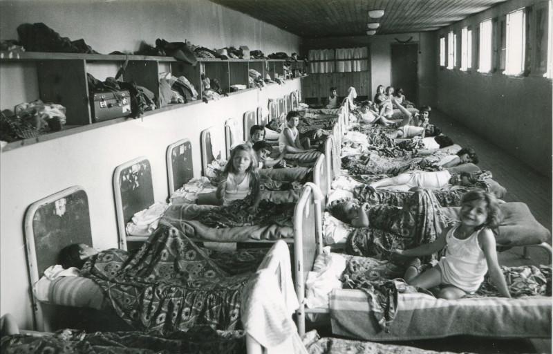 Enfants dans les dortoirs à Chapois, été 1965, AMP, 3Fi241.