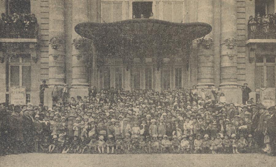 Les enfants de retour des colonies de vacances devant le Théâtre de Puteaux, photographie du Bulletin municipal d'octobre 1931, AMP.
