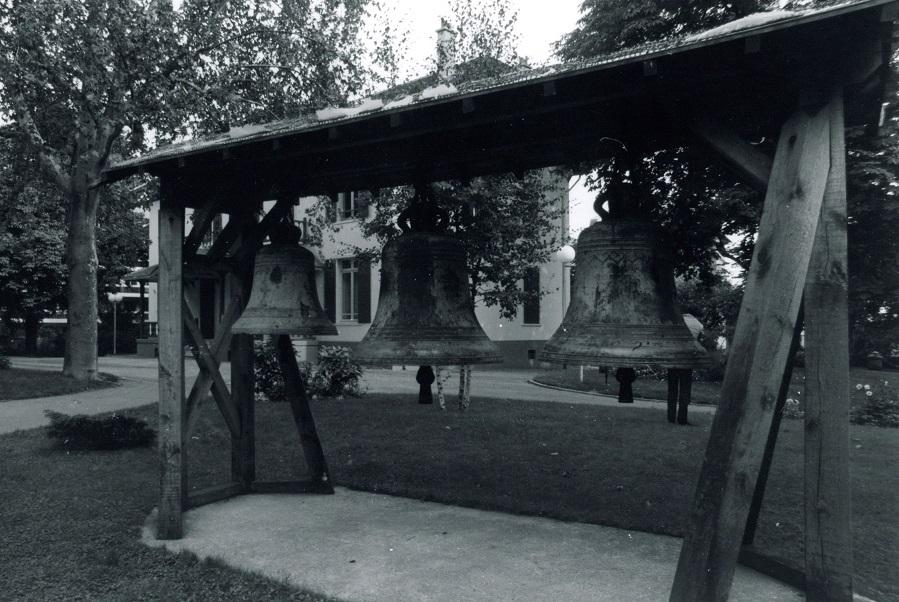 """Cloches de l'église Notre-Dame-de-Pitié dans le parc Offenbach (de droite à gauche: """"Caroline Léopoldine"""", """"Augustine Théodorine"""", """"Louise-Marie""""), années 1970, AMP, non coté."""