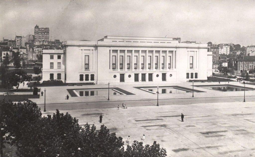 Carte postale: Hôtel de Ville de Puteaux depuis l'esplanade, milieu du XXe siècle, AMP, 2Fi327.